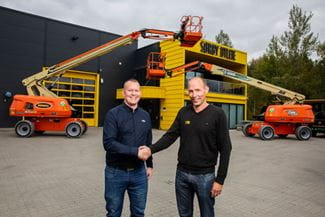 Riwal Equipment Sales Manager, Jesper Becker (TV) sammen med ejer af Sørby Utleie, Lars Sørby (TH) trykker hånd i forbindelse med handlen med liftene JLG 660SJ Electric.