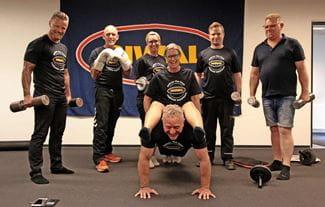 Riwal ansatte træner i frokostpausen. Hennig Duvander Iversen tilrettelægger den 25 min intensive træning.