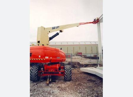 JLG 860 SJ-E lift i arbejde på byggeplads